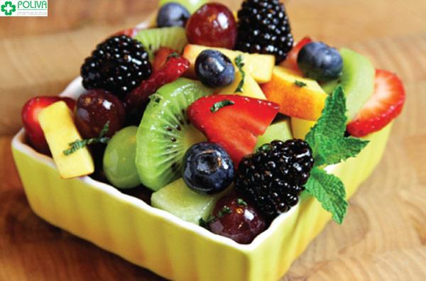 Mẹ nên ăn nhiều rau, quả để tăng sức đề kháng, tránh táo bón
