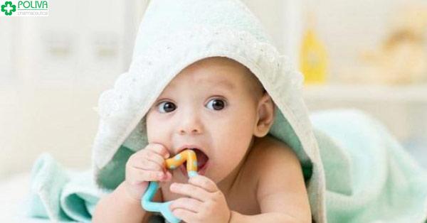 Dấu hiệu nhận biết trẻ sắp mọc răng là trẻ thích cắn, ngậm các đồ vật