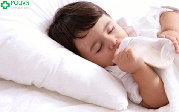 Trẻ uống sữa ban đêm, mất nhiều hơn lợi