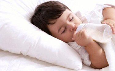Có nên cho trẻ uống sữa ban đêm khi đã hơn 1 tuổi?