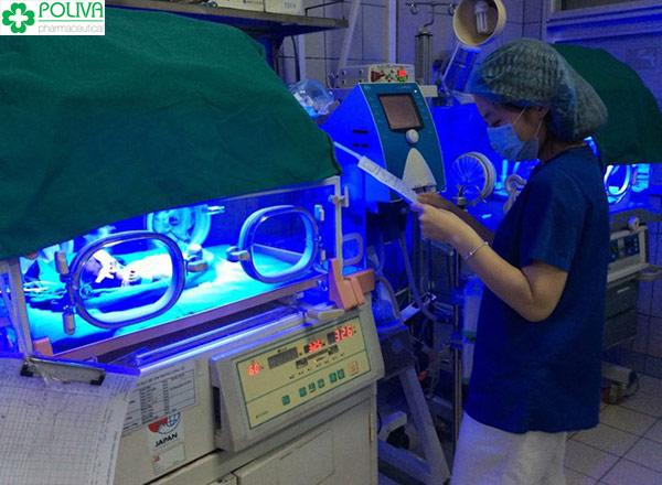 Vàng da ở trẻ sơ sinh nên đi khám và điều trị ở bệnh viện