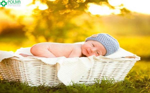 Mẹo dân gian hay áp dụng chữa bệnh vàng da cho bé là tắm nắng