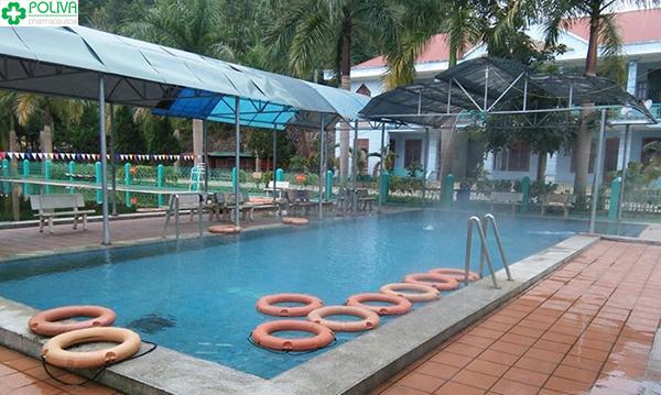 Hồ tắm nước suối khoáng nóng Hua Pe dành cho khách du lịch