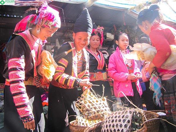 Phiên chợ bán những đặc sản và mặt hàng thiết yếu cho cuộc sống của người dân.