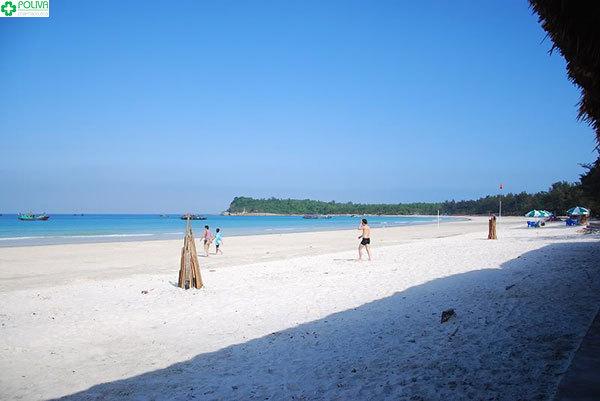 Bãi Minh Châu với bờ cát mịn tựa như tấm lụa trắng khổng lồ