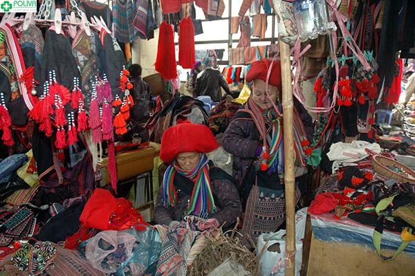 Quầy hàng bán đồ thủ công với những người dân tộc H'Mông mến khách