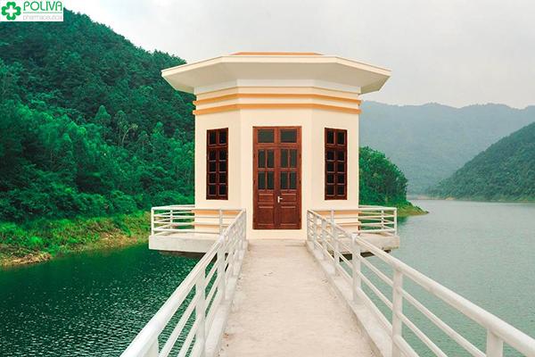 Ngôi nhà nhỏ nằm ở cuối cây cầu ngắn cạnh hồ