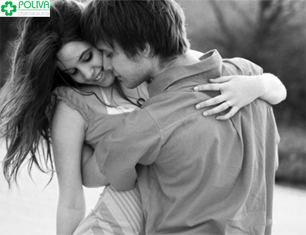 Động chạm vùng nhạy cảm của bạn gái là sở thích của cánh đàn ông