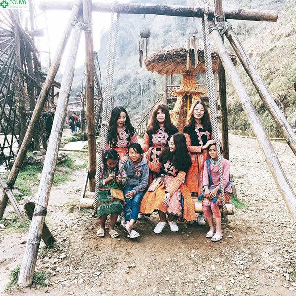 Trang phục truyền thống của người H'Mông vô cùng bắt mắt