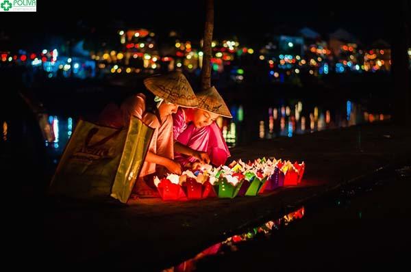 Thả đèn hoa đăng trên sông Hoài
