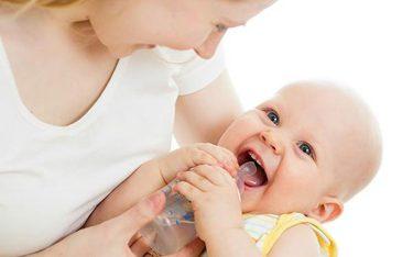 Từ 0-6 tháng trẻ sơ sinh uống nước được không? Mẹ ĐỌC để BIẾT!
