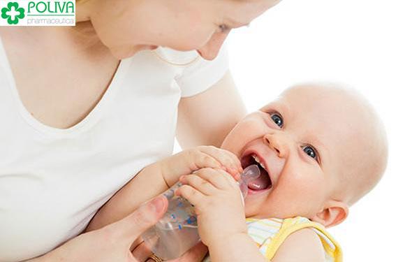 Cho trẻ sơ sinh uống nước được không?