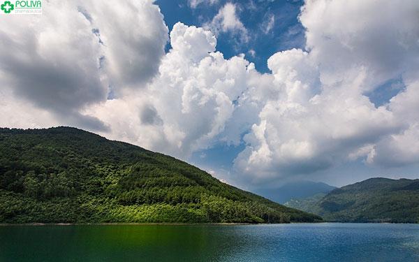 Những làn mây trắng bao phủ đầy ắp quanh hồ Xạ Hương