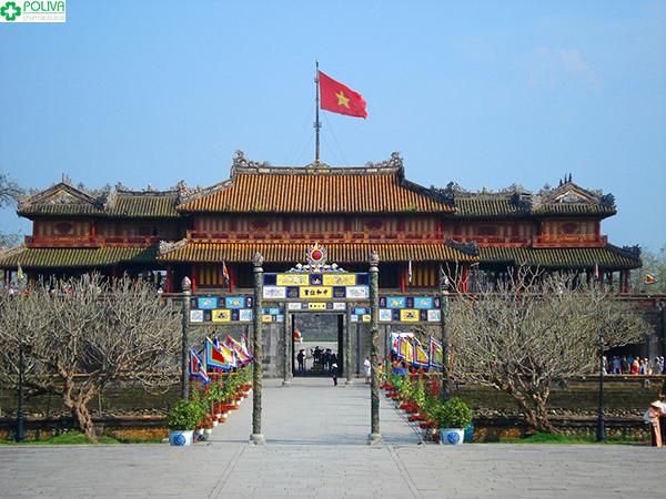 Đại Nội Huế nằm bên dòng sông Hương thơ mộng.