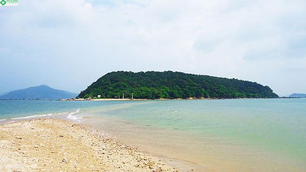 Đảo Nhất Tự Sơn nhìn từ phía xa.