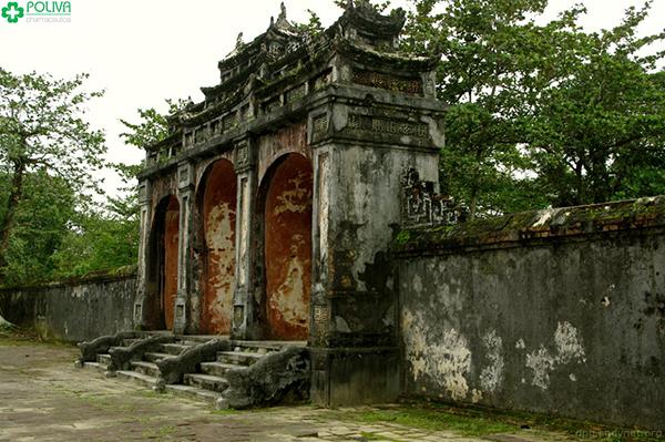 Đại Hồng Môn - cổng chính vào lăng.