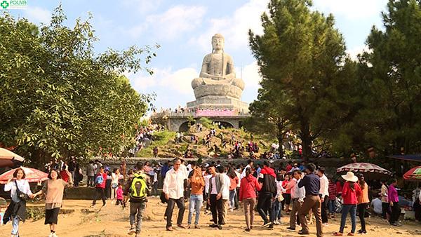 Rất đông du khách tới tham gia Lễ hội Chùa Phật Tích.