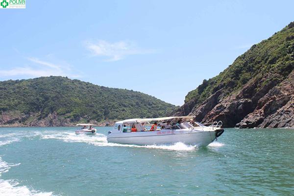 Đi thuyền ra Đảo Ngư là một trải nghiệm vô cùng thú vị.