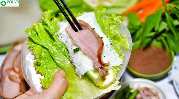 Cuộn thịt bê với chút rau trong bánh đa nem để ăn đỡ ngán