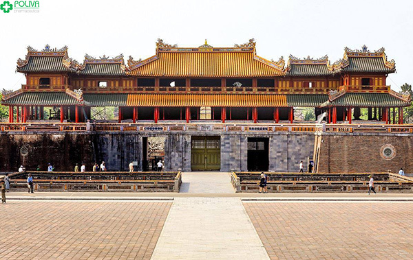 Cổng Ngọ Môn Huế bề thế và hoành tráng.