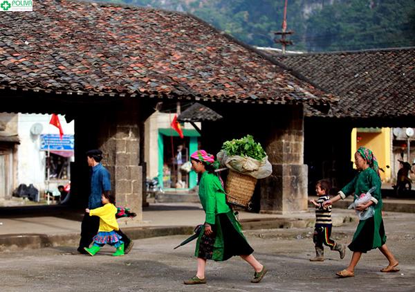 Phiên chợ là dịp để người dân mua bán và giao lưu.