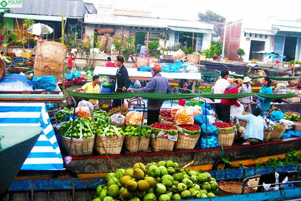 Từng chiếc ghe thuyền chở đầy nông sản trên chợ nổi Cà Mau