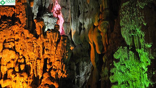 Hang Trinh Nữ với những khối nhũ đá tuyệt đẹp.
