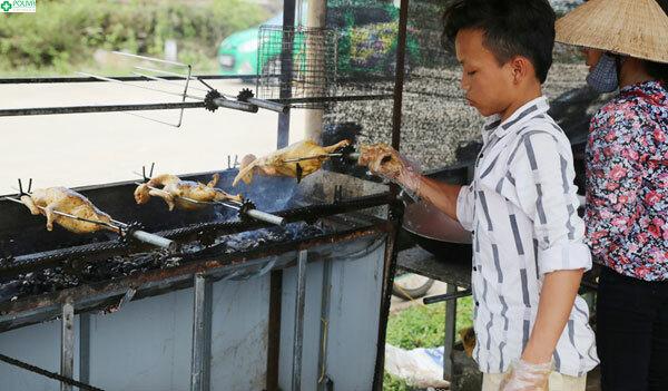 Các quán ăn dân dã bên hồ với nhiều món đặc sản đồi rừng