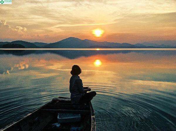 Thử một lần ngồi thuyền ngắm hoàng hôn trên hồ Kẻ Gỗ