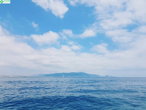 Nước biển xanh trong hút tầm mắt