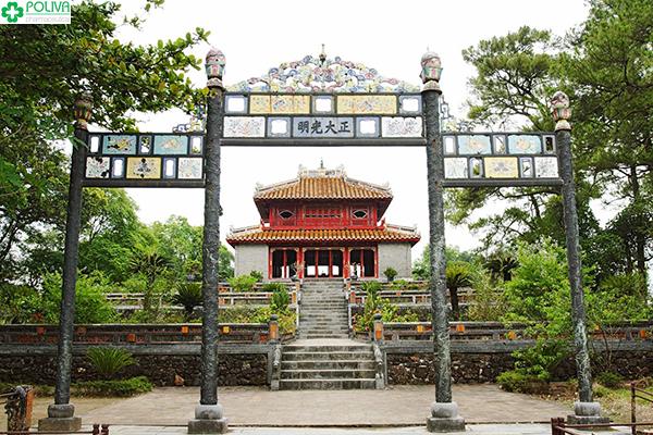 Lăng Minh Mạng nằm khá gần trung tâm thành phố Huế.