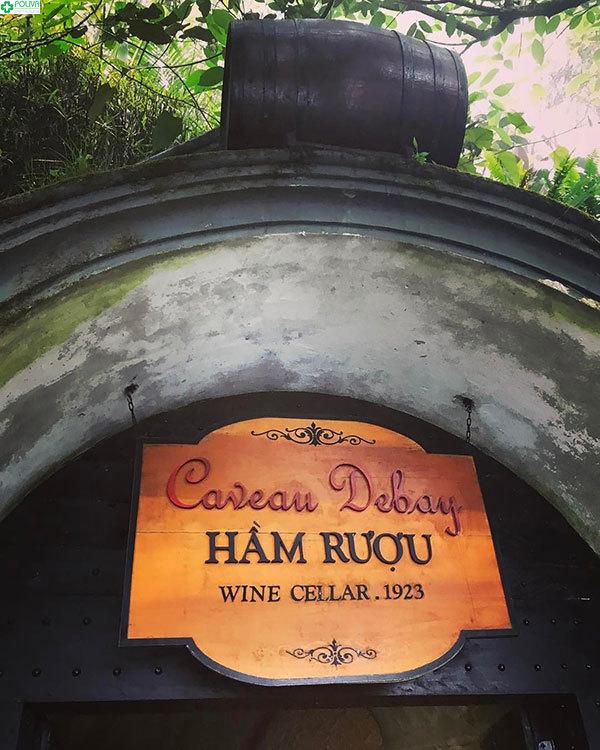 Cổng vào Hầm Rượu ở làng hoa tình yêu
