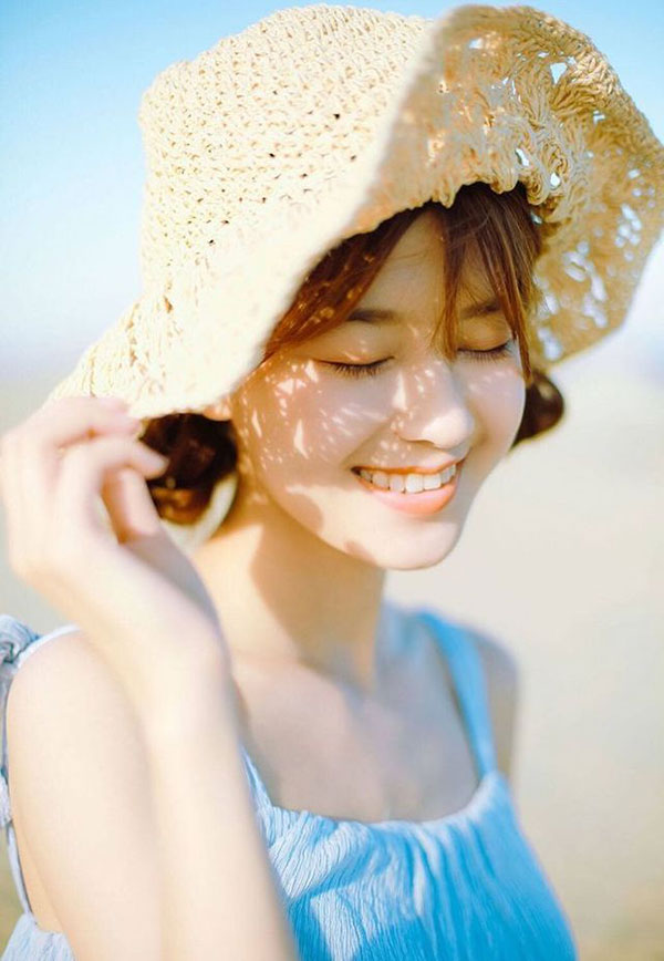 Một chiếc mũ cói xinh xắn dành cho tạo dáng chụp ảnh khi đi biển này