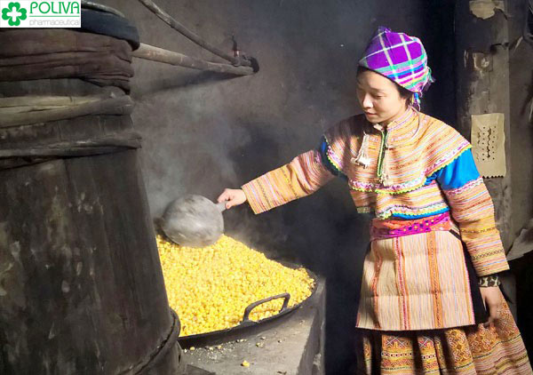 Người phụ nữ Hà Giang thể hiện sự đảm đang khi chế biến ra những chai rượu ngô hấp dẫn