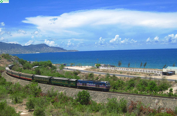 Bạn sẽ được ngắm khung cảnh thiên nhiên tuyệt đẹp nếu di chuyển bằng tàu hỏa