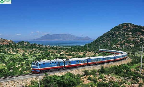 Di chuyển bằng tàu hỏa bạn có thể ngắm nhìn cảnh quan thiên nhiên hai bên đường.
