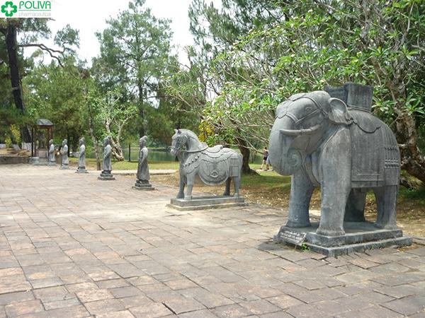 Tượng voi, ngựa hầu ở Bái Đình.