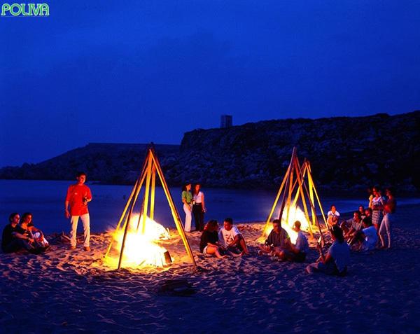 Nếu đi cùng nhóm bạn thì đốt lửa trại sẽ khiến cho hành trình của bạn rất thú vị.