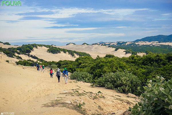Quãng đường vượt qua những đồi cát sẽ khiến bạn tốn khá nhiều sức lực.