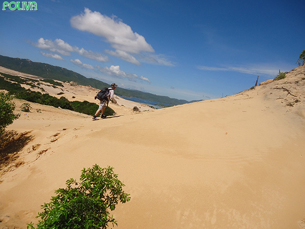 Bạn phải vượt qua những đồi cát cùng cái nóng khá gay gắt.