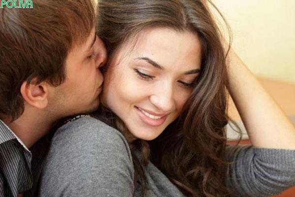 Nụ hôn má phớt qua khiến đôi ta ngẩn ngơ