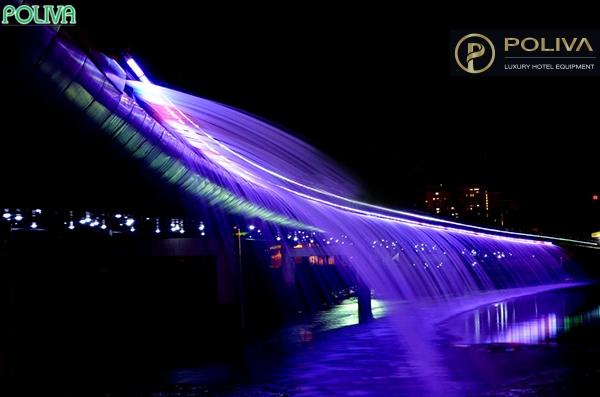 Hệ thống phun nước cùng đèn led hiện đại tạo nên những dải nước ngập tràn màu sắc.