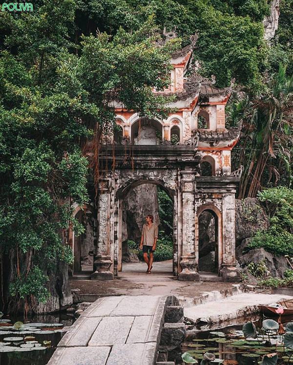 Cầu đá cổ kính dẫn vào chùa.