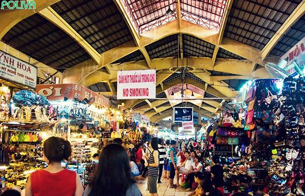 Bên trong Chợ Bến Thành luôn tấp nập người ra vào.
