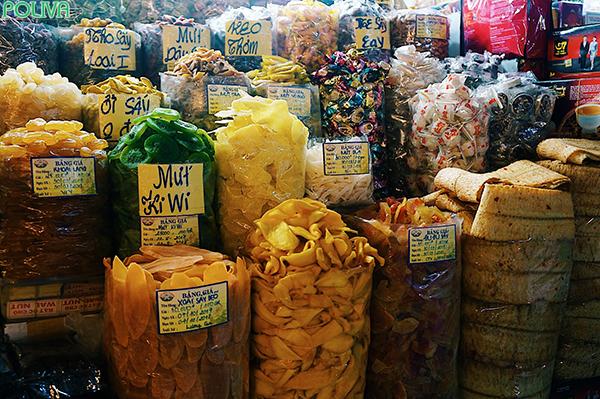 Gian hàng thực phẩm, đồ khô ở Chợ Bến Thành.