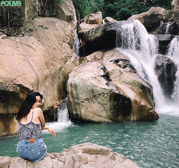 Hồ thứ hai đẹp tựa viên ngọc bích giữa rừng cây xanh mát.