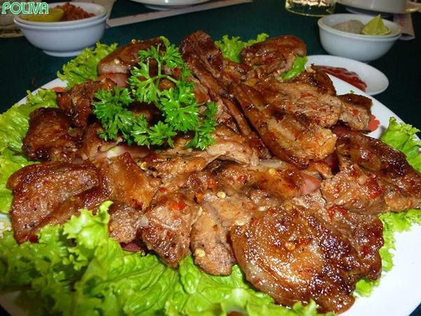 Thịt lợn cắp nách là món đặc sản Tây Bắc vô cùng hấp dẫn.