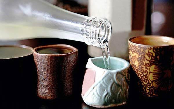Rượu làng vân được sử dụng để đãi khách quý
