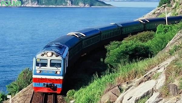 Lựa chọn di chuyển bằng tàu hỏa bạn sẽ được ngắm nhìn khung cảnh thiên nhiên tuyệt đẹp.