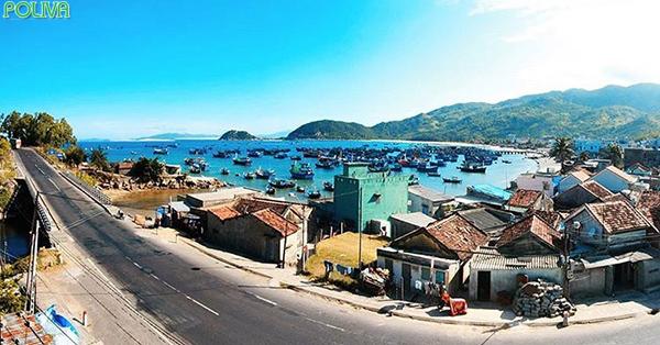 Cung đường biển tới với Vịnh Vũng Rô vô cùng đẹp và hấp dẫn.